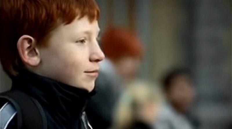 赤髪の男の子をいじめから救った感動的な方法