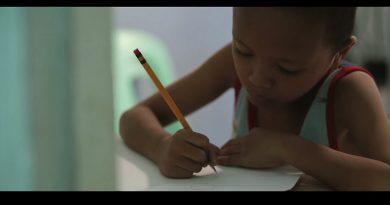 勉強したいけど照明がない…貧しい男の子に奇跡を起こしたマクドナルドで撮られた一枚の写真(フィリピン)