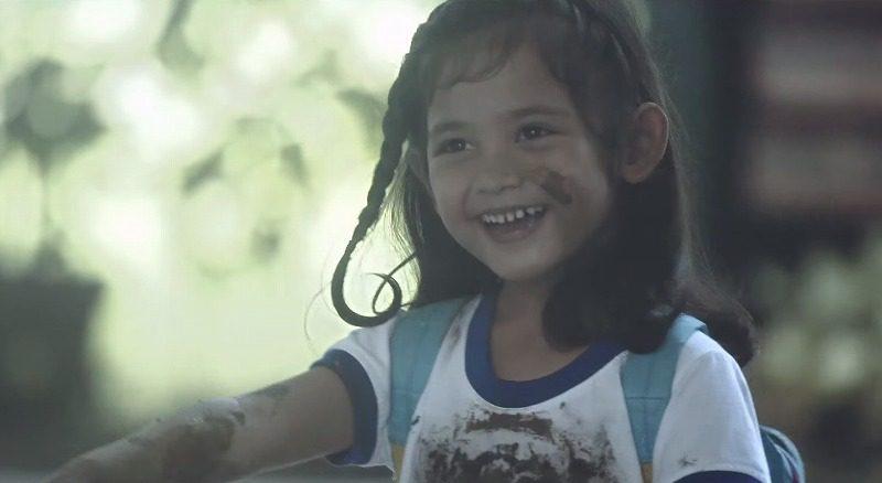 親に叱られる泥だらけの子供たち、彼らが汚れているのには心温まる理由がありました(フィリピンCM)