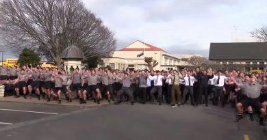 亡き先生に追悼の意を込めて、全校生徒で舞う圧巻のハカ