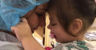 目の見えない2歳の女の子、生まれて初めてお母さんを見ることができた奇跡初めてお母さんを見た奇跡