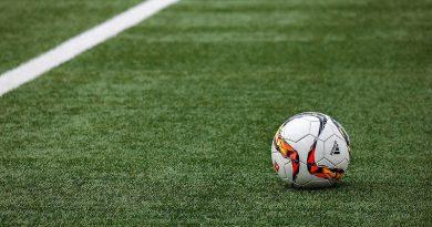 片腕の女子サッカー選手と少年のタッチ!ツイッターで話題となった感動の一枚