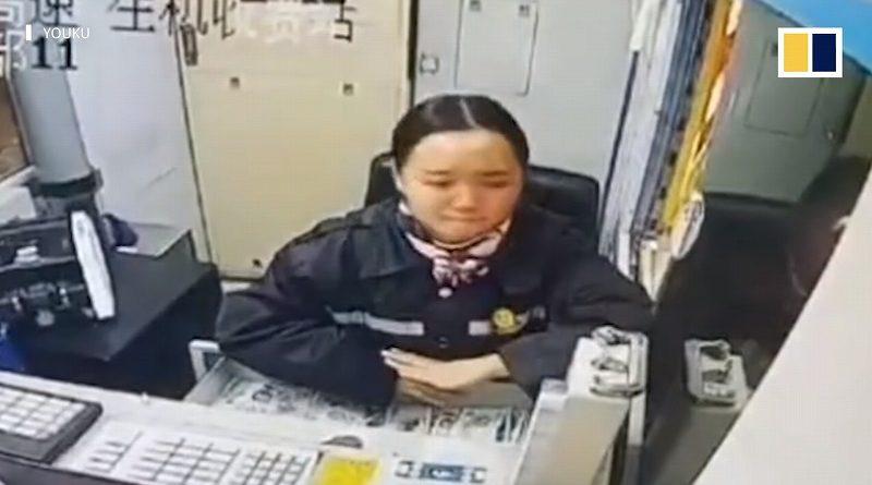 涙を堪え笑顔を忘れない、高速道路料金所で見つけた強い女性(中国)