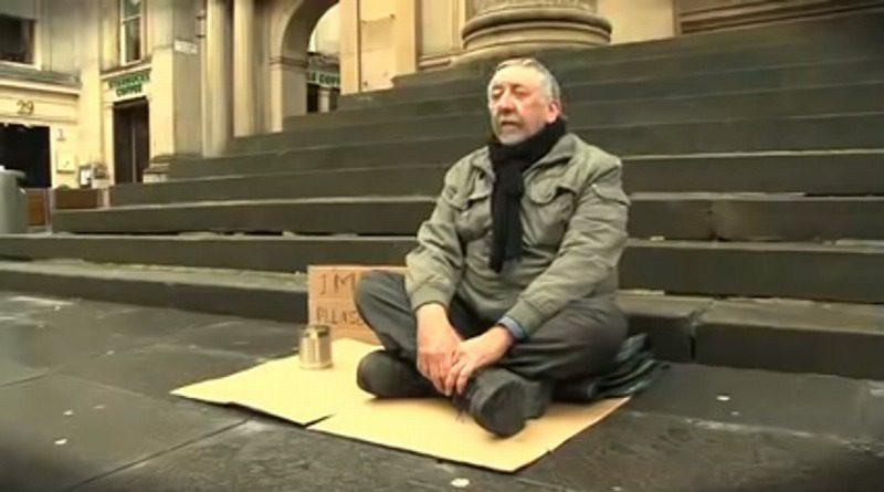 助けを求める盲目のホームレス、無関心な通行人の心に響いた言葉の力