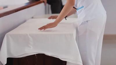 会場の準備をする看護師