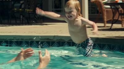 プールに飛び込む男の子