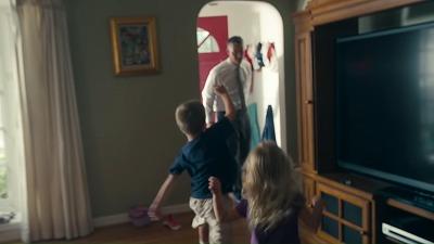 返ってきたパパを歓迎する子供たち