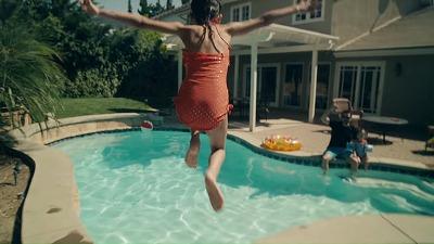 プールに飛び込む女の子