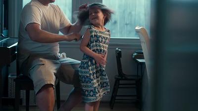 髪を梳かす女の子