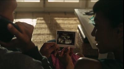 妊娠を報告する夫婦