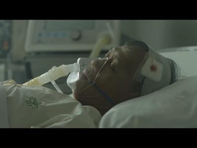 病院のベッドで寝る男性