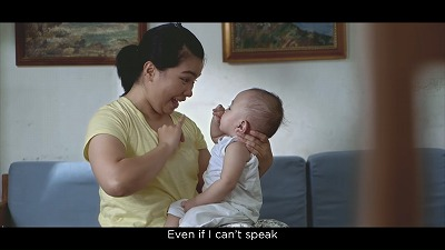手話で赤ちゃんに語りかける女性